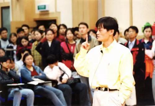 2000年,阿里巴巴一周年暨中国总部成立庆典