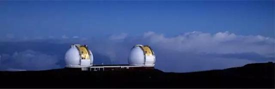 这是夏威夷的10米口径的双胞胎望远镜,科学家用他们耐心地拍了20年照片来观测天体运动,观测恒星绕银河系的运动来测量中心黑洞的质量。