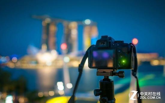 夜晚,或者拍摄色彩单一缺少对比的物体,反差式对焦经常会找不到焦点