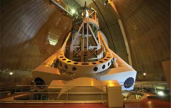 这是建在南加州帕洛玛山的5米口径的望远镜,就是用它在1963年发现了类星体的存在。