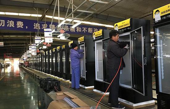 """""""猩・星动力车间""""流水线正在生产猩便利定制的冷柜,来源:界面"""