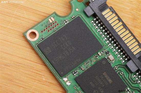 ↑↑↑两颗256GB的V-NAND颗粒,组成了512GB容量