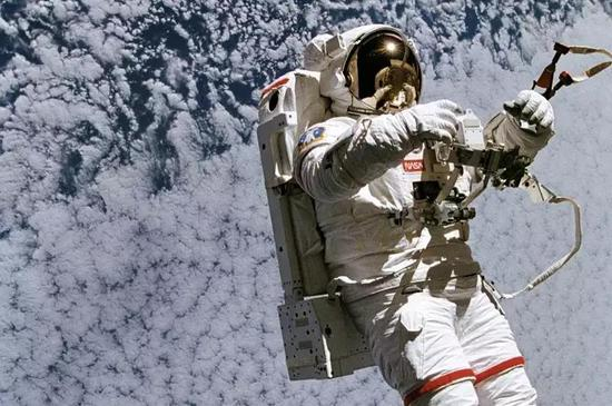 NASA宇航员穿戴着简易舱外急救援助小型喷气背包进行太空行走