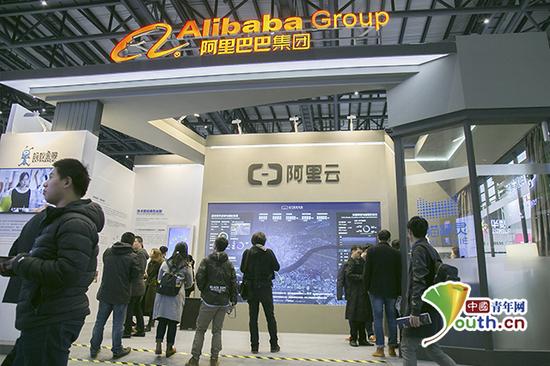 第四届乌镇互联网大会之光博览会现场,阿里云大数据平台吸引人们关注。中国青年网记者 宋继祥 摄