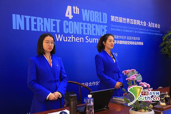 """12月2日,第四届世界互联网大会志愿者""""小梧桐""""在会场服务。中国青年网记者 宋继祥 摄"""