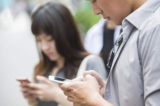 智能手机的使用场景更广泛,全时联网更加契合