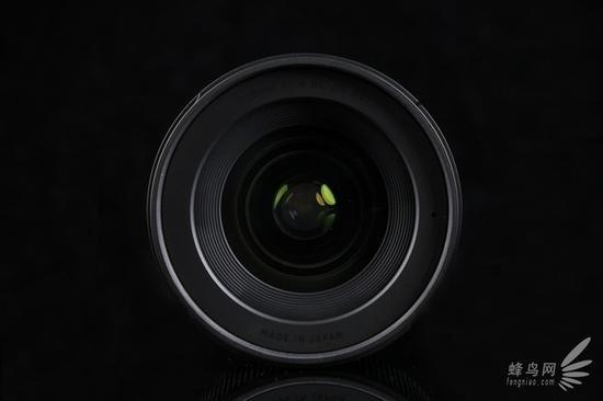 适马 16mm f/1.4 DC DN Contemporary 镜头前组镜片,镀膜为黄绿色