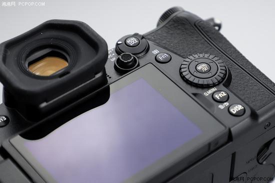 和GH5一样机背具备对焦点选择拨杆,另外值得一提的是G9的EVF眼罩非常宽大舒适