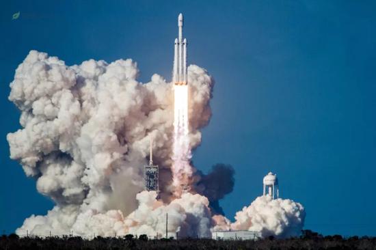 火箭起飞后,此时火箭芯级(中间)已经出现节流迹象,火焰相较助推器更弱
