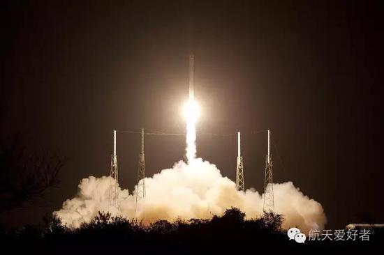 2012年10月8日,由梅林1C型和1C真空型发动机驱动的猎鹰9 1.0版火箭成功发射,正式执行第一次CRS货运任务,任务代号CRS-1
