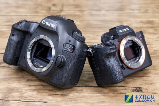 两款相机都采用了金属材质的机身及卡口,整体手感非常扎实