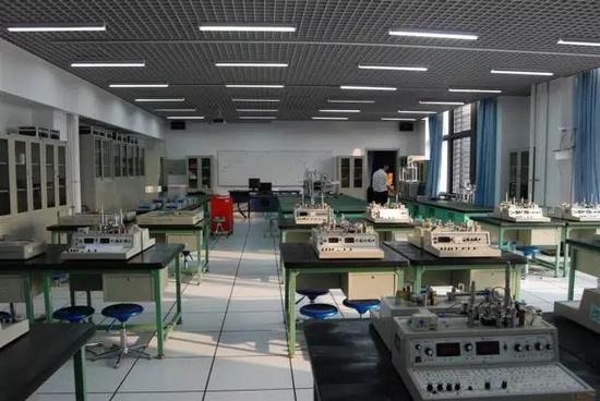 我的实验室,流线机舱设备多: