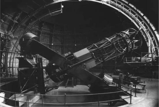这是威尔逊山的非常著名的两米半口径的望远镜,来中国前我在那里工作过,埃德温・哈勃曾用过这个望远镜,向世人揭示除了银河系还有其他星系,揭示了星系之间加速远离的事实,因此存在大爆炸。