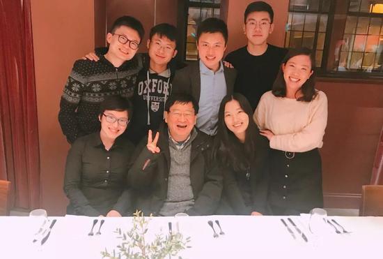 ▲徐小平在牛津大学与中国罗德学者合影