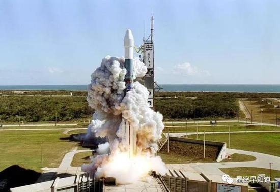"""2005年1月13日,""""深度撞击""""探测器从卡纳维拉尔角发射升空  来源: NASA"""