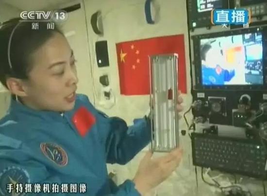 """持续51分钟直播状态的太空授课,要知道天宫一号接近90分钟就围绕地球一周,当它相对于我们""""躲在""""地球背后时,实现实时通信的技术可不简单"""