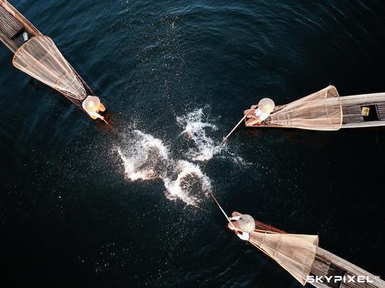 (缅甸的传统捕鱼方式,如今已经成为当地一种吸引游客的表演,作者水庆华)