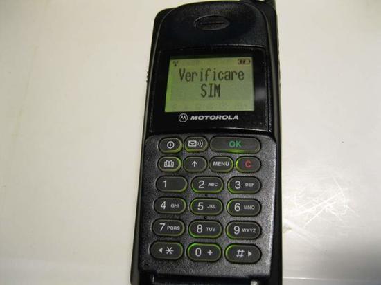 上世纪90年代的手机主要发展方向是便携性,屏幕并未有革命性改进
