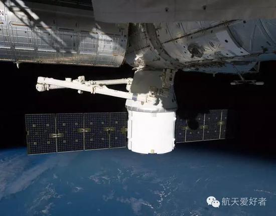 发射后第三天,也就是10月10日,同样由SpaceX公司研发的货运龙飞船成功对接国际空间站,成为人类历史上第一个有独立能力向国际空间站运送货物的私营航天企业,风头一时无两,笔者也正是这个时候开始关注这家公司的
