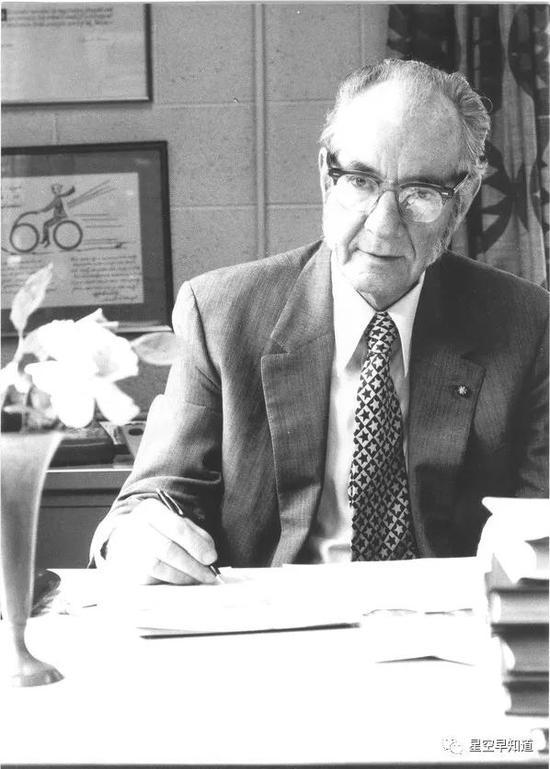 """美国天文学家惠普[HP]尔(Fred L Whipple,1906 �C 2004), 他提出了著名的彗星""""脏雪球模型""""   来源:google"""