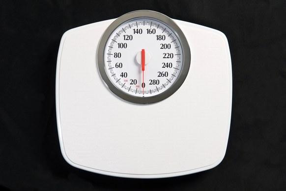 当一个人分别站在赤道和北极,他在哪个区域的体重更大?