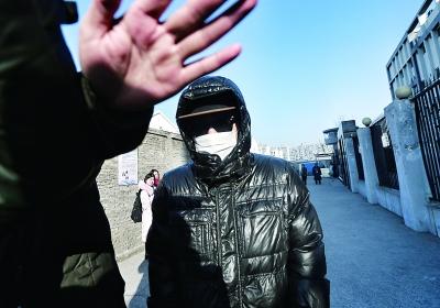 今日上午,事件男当事人李元戎行拘期满释放  摄/记者 柴程