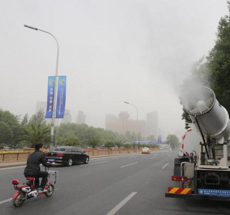 资料图 北京除尘喷雾车在市区道路作业。中新社记者 杨可佳 摄