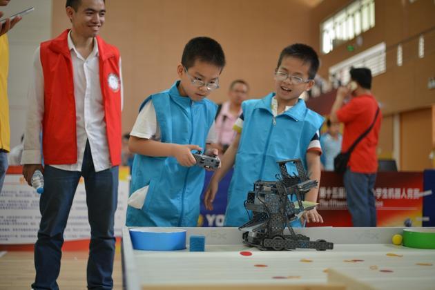 ▲学生在科学节上DIY机器人,感受科技带来的快乐