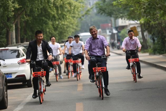 联合国副秘书长兼环境署执行主任埃里克・索尔海姆(右)与王晓峰(左)在京骑行
