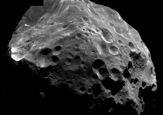 在土卫八轨道外侧存在一颗卫星――土卫九,它看上去与环绕土星的其它卫星完全不同,土卫九与土星其它卫星的成分并不相同,而且它环绕土星的方向与其它卫星相反。