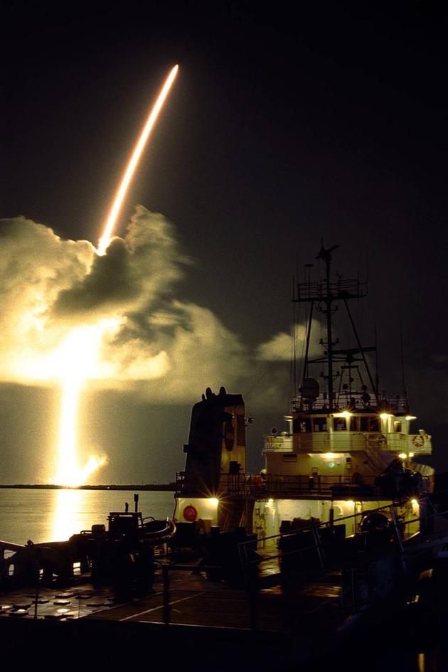 """1997年10月15日,美国宇航局""""卡西尼""""探测器发射升空,开始土星探索之旅。"""