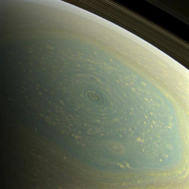 图中是土星北极,是2013年拍摄的真实色彩图像。科学家吃惊地发现,在过去几年时间里,北极风暴从蓝色缓慢地变成了黄色。