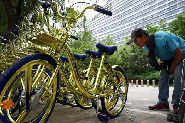 酷骑单车推出的土豪金版共享单车现身北京。@视觉中国