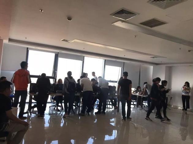 酷骑办公室内正在处理退款的工作人员。图/AI财经社 韩佩