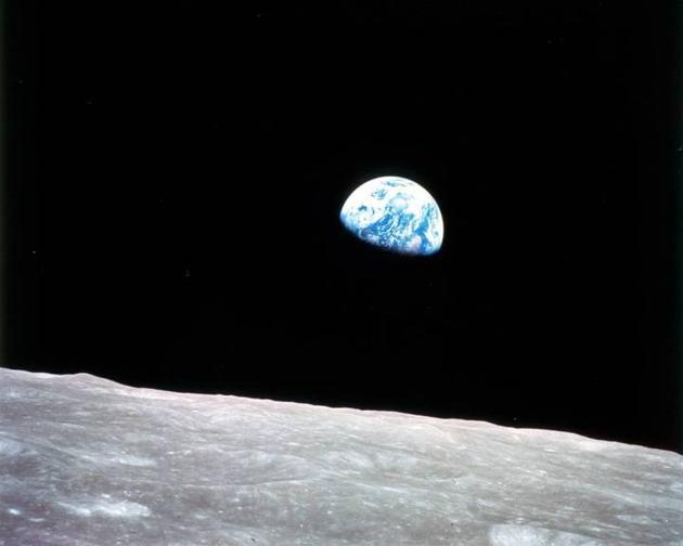 """""""地球升起""""。1968年美国阿波罗8号飞船在月球轨道拍摄。整整50年后,美国计划让宇航员重返月球轨道"""