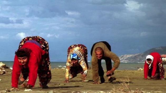 图为2006年BBC针对土耳其Ulas家族拍摄的纪录片截图。他们一家五口都用四肢行走。