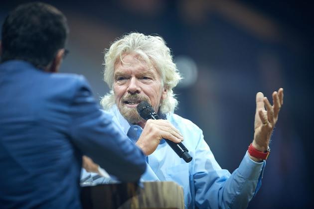 维珍银河公司首席执行官理查德?布兰森(Richard Branson)畅谈了自己的商业太空旅游计划,他说最早将于2018年初实现。