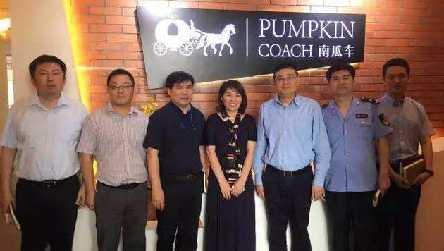 市场监管局一行与南瓜车创始人兼CEO卢鑫合影