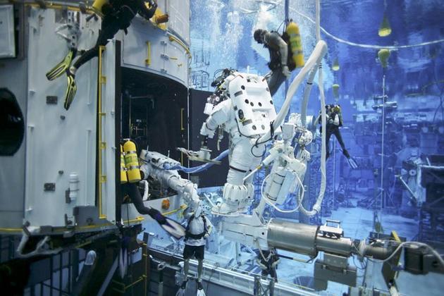 图中显示的是在休斯顿中性浮力实验室,4位宇航员在哈勃维修任务中对哈勃望远镜进行水下模拟维修。