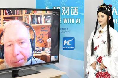"""资料图片:4月24日,机器人""""佳佳""""通过网络与科技观察家凯文・凯利对话。新华社记者 郭晨 摄"""