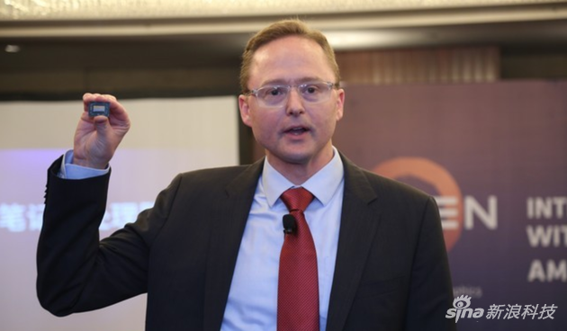 AMD 高级副总裁、计算与图形事业部总经理Jim Anderson现场展示锐龙移动处理器