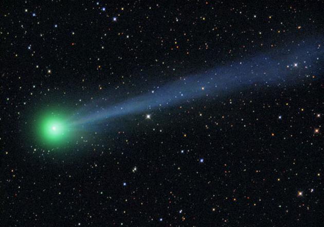 图为1910年5月8日、哈雷彗星上一次亮相时,G・W・里奇博士(G.W. Ritchey)用加州威尔逊山天文台的1.5米直径望远镜拍摄的照片。图中可以看见该彗星的头部和长长尾部的开端。其它短而直的条纹则是背景中的恒星。