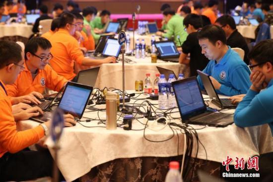 资料图:参赛选手进行网络攻防战,全面提高国家网络安全防护和对抗能力。中新社记者 张远 摄