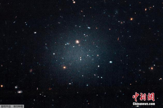 图为NGC 1052-DF2星系,经过科学家的观测计算,该星系几乎不含暗物质。