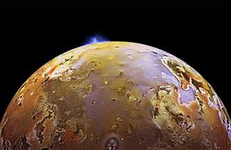 木卫一全球遍布火山口,受到潮汐摩擦作用,内部热量丰富