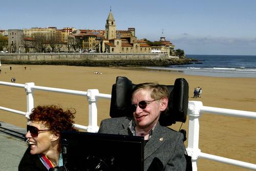 2005年4月10日,霍金(右)和前妻伊莱恩在西班牙希洪度假的资料照片。新华/路透