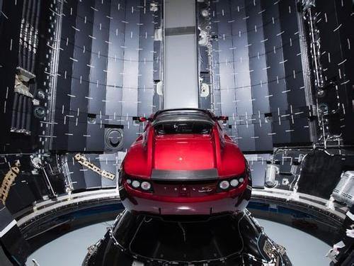 """目前搭载""""猎鹰号""""重型火箭的特斯拉跑车已进入太阳系。在最糟糕的情况下,不同寻常的天体究竟会对特斯拉跑车构成怎样的破坏呢?"""