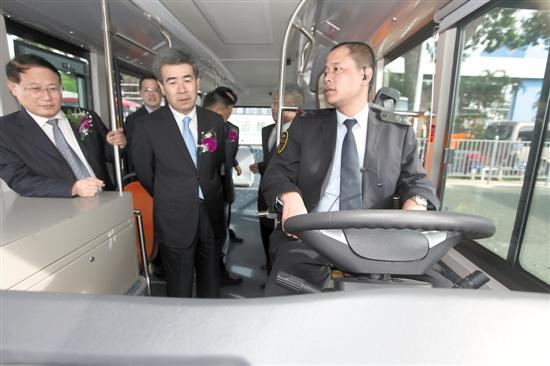 受邀人士正在体验智能公交