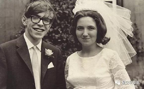 1966年,霍金与第一任妻子珍妮・怀尔德结婚的照片