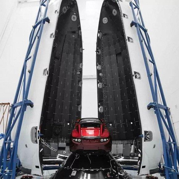 "SpaceX和特斯拉公司创始人埃隆?马斯克(Elon Musk)在Instagram上分享了7张照片,显示一辆红色特斯拉跑车装入一枚""猎鹰""重型火箭之中。"